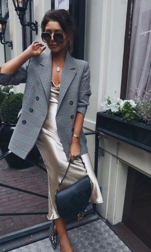vestido com decote drapeado, tendência
