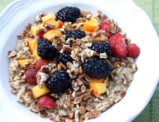 Frutas y cereales, para un desayuno balanceado.