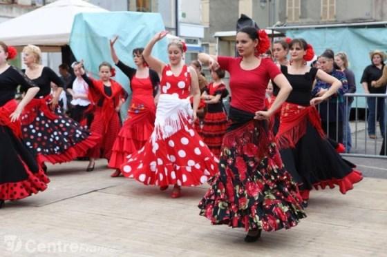 """Dansatoarele de flamanco si unul dintre cele mai """"strigatoare"""" imprimeuri: polka dots"""