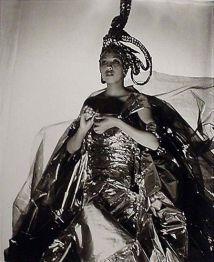 Josephine Baker si cum sa folosesti un evantai ca arma de seductie...in masa