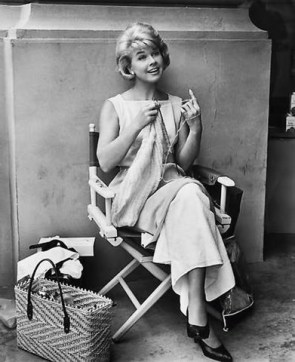 Doris Day tricotand intr-o pauza de filmari