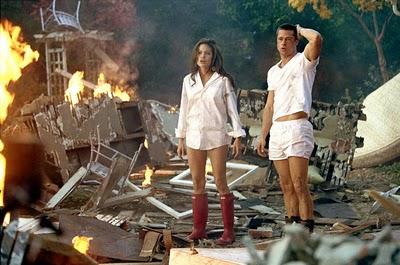 Mr & Mrs Smith si cizmele rosii din cauciuc