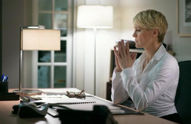 """Un exemplu perfect al camasii clasice, albe purtate la birou - Claire Underwood,  personajul din """"House of Cards"""""""