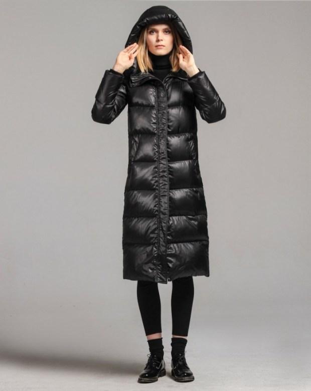 Gecile lungi negre sunt atat de chic ca au luat locul paltoanelor elegante si hainelor de blana