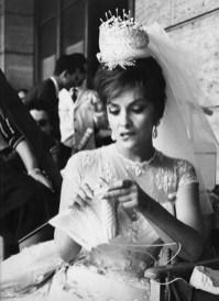 Gina Lollobrigida si parca tricotatul e la fel de glam mireasa