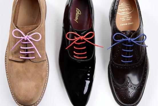 Pantofii lui seriosi cu sireturi neserioase