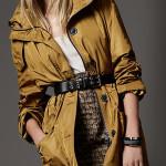 Parka Burberry, poarta o jacheta oversized cu o curea in talie