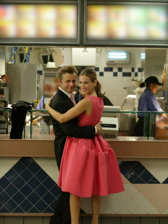 Carrie Bradshaw intr-o rochie roz Oscar de la Renta