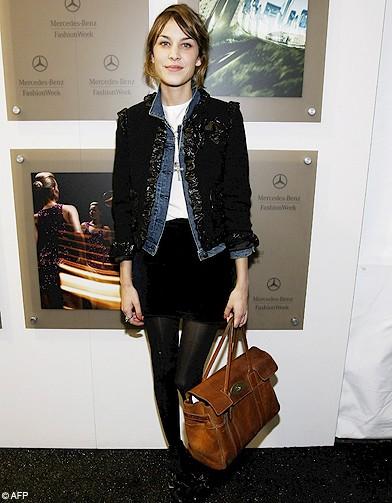 O iubesc, pur si simplu, cu sacoul ei negru Chanel peste o geaca din blugi
