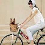 Audrey pe bicicleta cu balerini