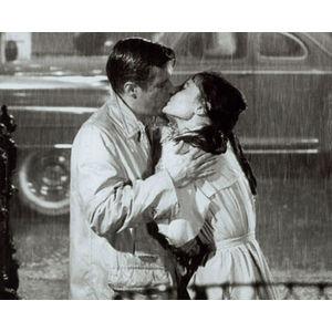 Daca aveti de gand sa va sarutati in ploaie, un trenci e binevenit