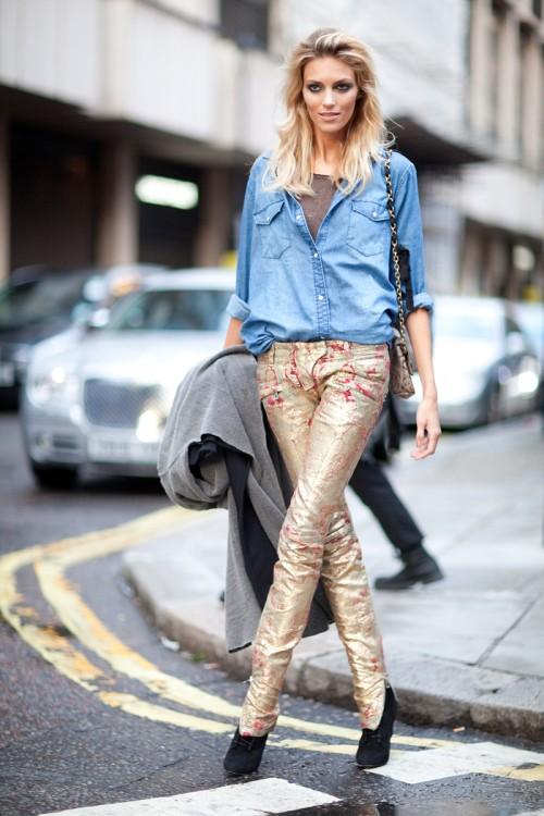 Jeans aurii cu jeans albastru