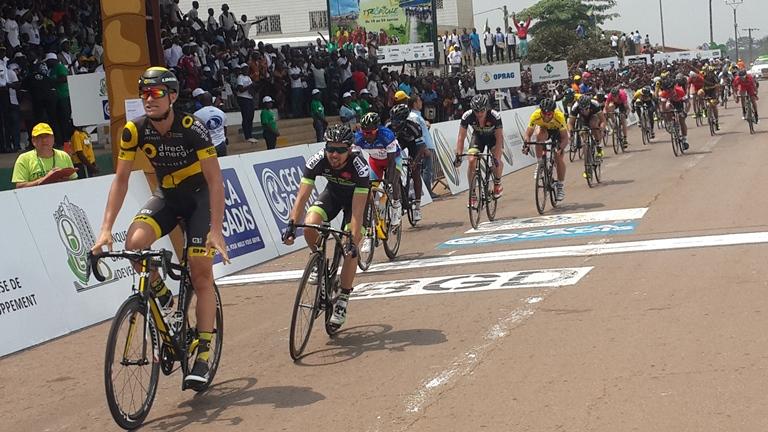 Adrien Petit franchissant la ligne d'arrivée devant le maillot Jaune Andréa Palini @ Gabonactu.com