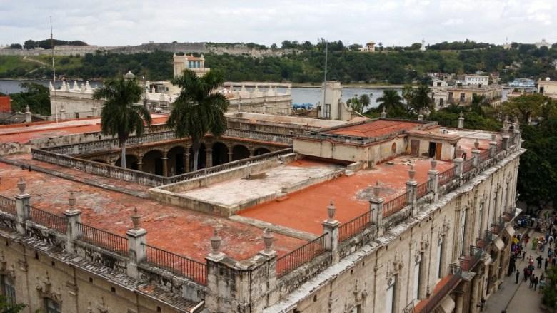 Museo de la Ciudad de La Habana y Malecón, desde la terraza del Hotel Dos Mundos, que hospedó a Ernest Hemingway (foto: Gabriela Ichaso, diciembre de 2014)