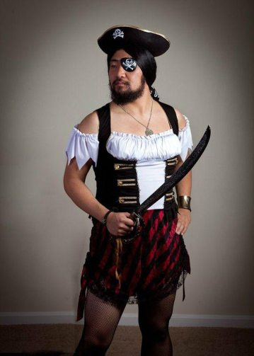 Barbat costumat in pirat excentric de Halloween