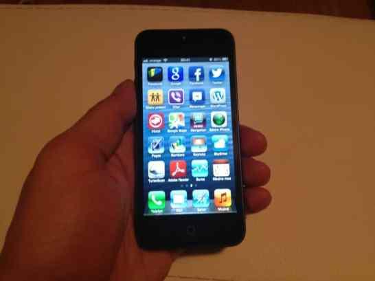 iPhone 5 tinut in mana