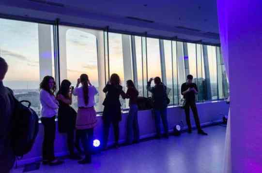 Oameni la fereastra Samsung