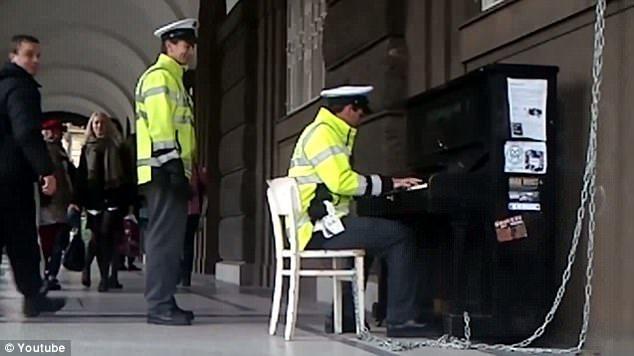 Politist canta la pian