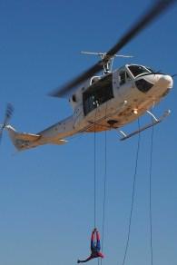 Junto con las jornadas de puertas abiertas, la Fuerza Aérea suele realizar eventos de beneficencia desde fines de la década de 1990. Un Bell 212 de la VII Brigada Aérea y su amigable vecino, el Hombre Araña, tomaron parte en uno de esos eventos en agosto de 2007 (foto: Fuerza Aérea Argentina).