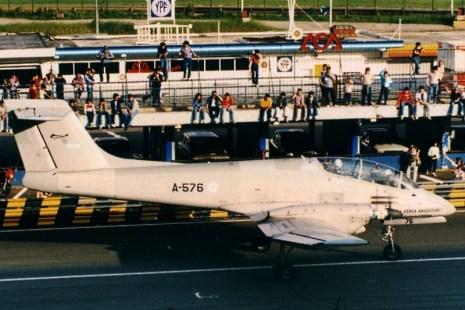 Por poco convencional que parezca, el Autódromo de la Ciudad de Buenos Aires fue utilizado como escenario para varias semanas aeronáuticas y espaciales a inicios de la década de 1980. Aquí vemos un IA-58A Pucará iniciando su demostración en vuelo frente a los pits (foto: Carlos Ay).