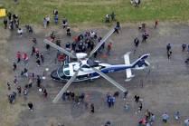 Aerospatiale AS-365 Dauphin del Escuadrón Aéreo Nº 5 (Helicópteros) rodeado por el público asistente. (Foto: E. Brea)