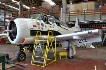 El T-28 Fennec ha recibido distintos escudos alusivos a las promociones de alumnos que trabajaron en el. (Foto: Esteban Brea)