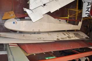 El LV-ECU que anteriormente se encontraba suspendido del techo del patio central ahora se encuentra desarmado junto a un ultraliviano en la zona del taller. (Foto: Esteban Brea)