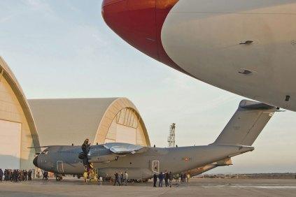 El nuevo Dumbo 40 en la plataforma militar oeste junto al A310 del EA (foto: José Luis Franco Laguna)