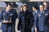La ministra Cospedal, el General García Arnaiz y las autoridades de la Base Aérea de Zaragoza (foto: José Luis Franco)
