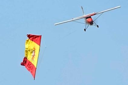 Remolcando la bandera española (foto: Tono Fernández Leonarte)