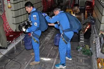 Revisión de los paracaídas antes del salto. (Foto: Mauricio Chiofalo)