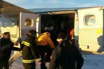 Personal de la FAA procede a realizar la carga del suboficial herido para su aeroevacuación. (Foto: ARA)