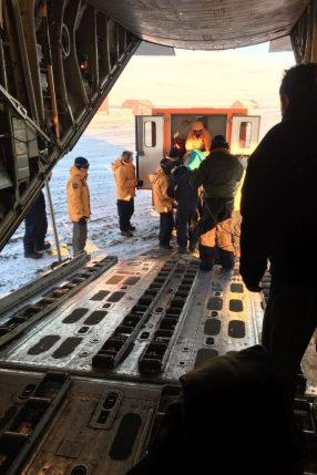 Ingreso del Suboficial herido en el C-130 que lo trasladaría a Ushuaia. (Foto: ARA)