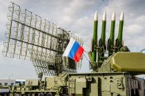 En primer plano el sistema antiáereo BUK-M2 (foto: Rostec)