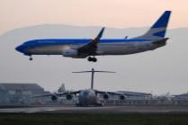 Las operaciones comerciales del Aeropuerto de Santiago continúan mientras un C-17 espera su turno en el rodaje. (Foto: Pablo Mariñán)