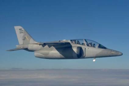 Al momento de su arribo con invitados y autoridades, el C-130 Hercules proveniente de Busnos Aires fue interceptado y escoltado por un IA-63 Pampa II. (Foto: Esteban Brea)