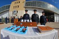 Pañuelos, escudos y diplomas a entregarse, a su lado se encuentra el libro de vuelo solo que cada piloto firma durante la ceremonia. (Foto: Esteban Brea)