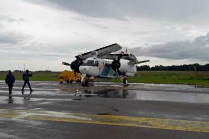 """El S-2 Tracker 2-AS-51 dispuesto en la cubierta simulada del ARA 225 de Mayo"""" espera el momento de la puesta en marcha. (Foto: Lorenzo Borri)"""