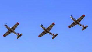 Tres de los cuatro T-6C+ sobrevuelan la EAM al término de un ferry de cinco días de duración (foto: Sebastián Borsero).