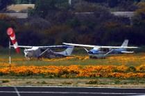 Del otro lado de la pista de Curacaví sobreviven dos piezas históricas: El Cessna 172 CC-PDK del propio club aéreo y el Cessna 206 CC-PNN, primer ejemplar de serie del modelo (foto: Carlos Ay).