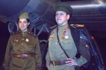 Integrantes de LHC muestran sus uniformes rusos de la II Guerra Mundial frente al Douglas DC-3 LV-ADF (foto: Carlos Ay).