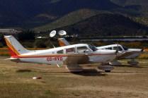 Dos de los tres Piper Cherokees que el Club Aéreo de Santiago aportó para los vuelos populares. Al fondo, las tradicionales antenas de telecomunicaciones de Curacaví (foto: Carlos Ay).