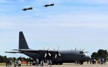El C-130B Hércules FAU 591 y dos A-37B en plena exhibición en la Base Aérea de Durazno (foto: Fuerza Aérea y Aviación Naval Uruguaya FANS).