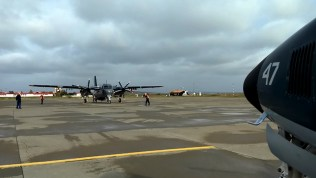 Uno de los Beech B200 y el S-2E(T) Turbo Tracker en la Base Aeronaval de Río Grande en Tierra del Fuego (foto: Gaceta Marinera).