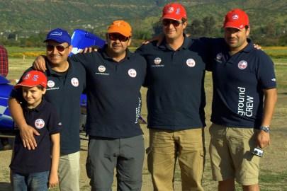 El equipo completo del RV Team Chile (de derecha a izquierda): Marko Iribarren (apoyo terrestre), Hernán Santibáñez (#1), William Olave (relator), Fernando Abasolo (#2) y su hijo (foto: Carlos Ay).