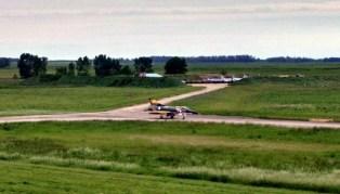 Visto desde la torre de control de la VI Brigada Aérea, el C-408 carretea alejándose del mamelón donde se conservan otra media docena de deltas argentinos desactivados hace dos años (foto: Natalia Campero).