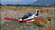 Final del vuelo para el T-35B[E] 151 de la FACH, en terreno pedregoso a orillas del Río Cachapoal (captura video: TVN Chile).