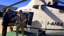Recién desembarcado del Agusta 109 I-ANIA, el embajador Tomás Ferrari recibe el salido del administrador de Heli World, Domenico Beccidelli (vídeo captura: TG24).