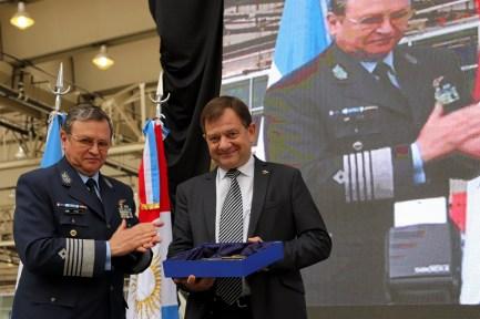 El presidente de FAdeA, Ercole Felippa, y el Jefe de Estado Mayor General de la Fuerza Aérea, brigadier general Víctor Amrein, durante el intercambio de presentes por el 90 aniversario de la fábrica cordobesa (foto: FAdeA).