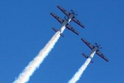 En una poco usual formación asimétrica, los Halcones 1, 4 y 5 alcanzan la cumbre del segundo rizo que realizaron al inicio de la final de la DesafiaTón (foto: Carlos Ay).